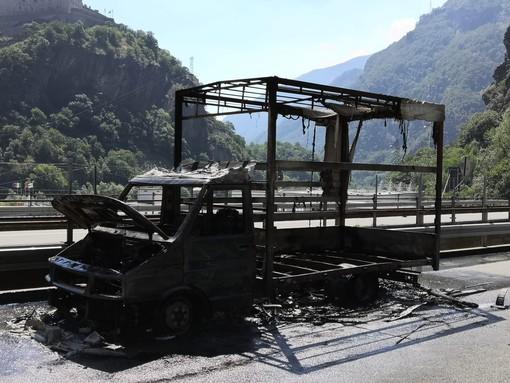 Furgone a fuoco in autostrada a Hone