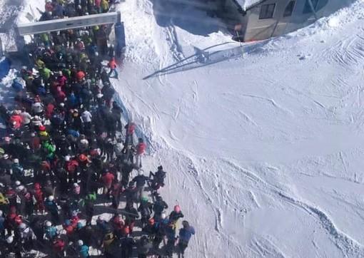 Folla a un impianto di risalita nel marzo scorso; una scena che quest'inverno non si ripeterà