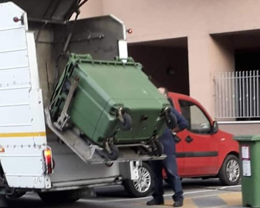 Aosta: In azione i 'lavacassonetti' di Quendoz
