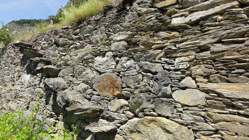 Ad Arvier scala per l'accesso al livello superiore ricavata mediante l'infissione nel muretto a secco di  scaglie in pietra. Arvier