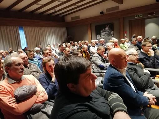 Pubblico attento durante la relazione di Elso Gerandin