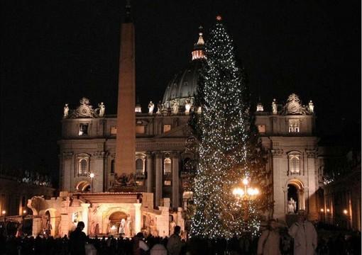 Accese le luci dell'albero di Natale e del Presepe del Papa