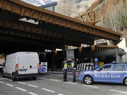 Trasporta tre stranieri irregolari, arrestato dalla Polizia al Traforo del Monte Bianco