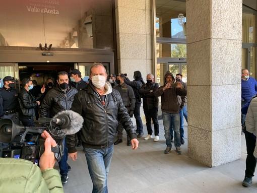 Protestatari hanno consegato i viveri ai consiglieri