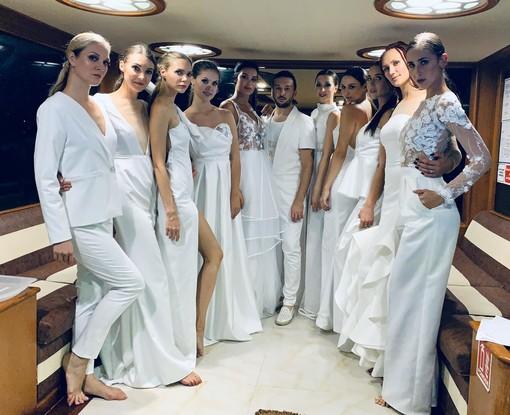 Fabio Porliod con le sue modelle prima di uscire in passerella. Nell'articolo Fabio con Audrey Chabloz, musa dello stilista e modella di punta