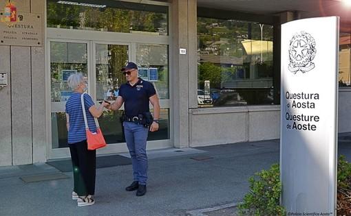 Un agente riconsegna il portafoglio alla turista che lo aveva smarrito