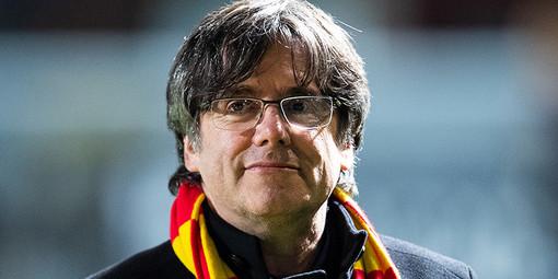 Carles Puigdemont è libero dopo l'arresto, ma dovrà restare in Sardegna