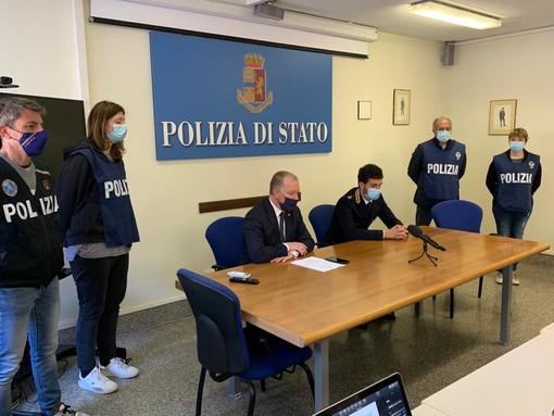 Al centro il questore di Aosta, Ivo Morelli e il commissario capo Francesco Filograno durante la conferenza stampa