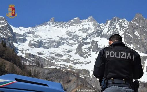 Auto con targhe e documenti falsi e autista di Tir ubriaco, due denunce al tunnel del Bianco