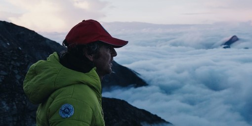 Stefano Percino watches over the clouds in the Ayas (tratta dal sito https://ntrnz.com/the-many-faces-of-european-nature-awarded-tv-format-introduces-six-nature-lovers-across-the-continent/)