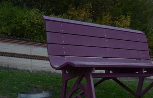 Nel Parco Lussu una panchina viola per il rispetto dei minori e genitori nelle separazioni