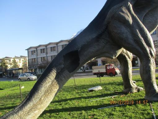 Il Diplodocus danneggiato e sotto il T-Rex di piazza della Repubblica