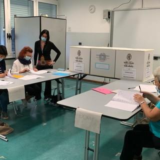 Un seggio nella scuola St-Roch in corso Ivrea ad Aosta