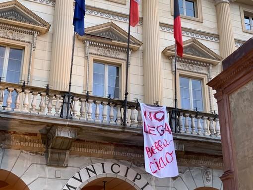 Striscione contro Salvini in piazza Chanoux ad Aosta, denunciata consigliera comunale
