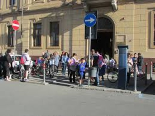 Studenti e genitori all'ingresso della San Francesco (immagine di repertorio)