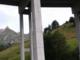 Escursionista fotografa crepe e fessure nei piloni del ponte al tunnel del G. S. Bernardo