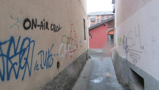 Graffiti sui muri di abitazioni in passage du Verger