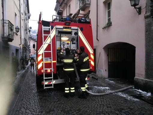 Bruciano rifiuti nel centro di Aosta, arrivano i pompieri